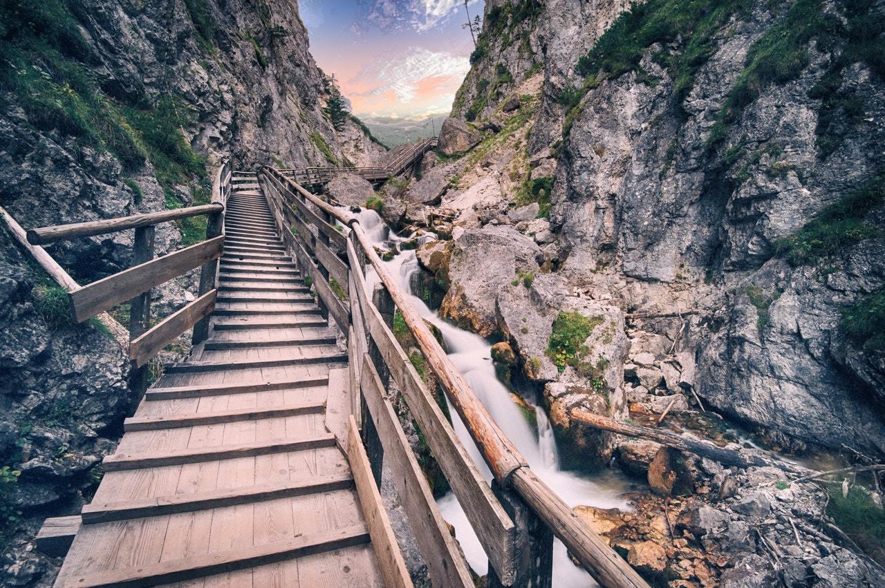 Chemin-de-bois-dans la montagne