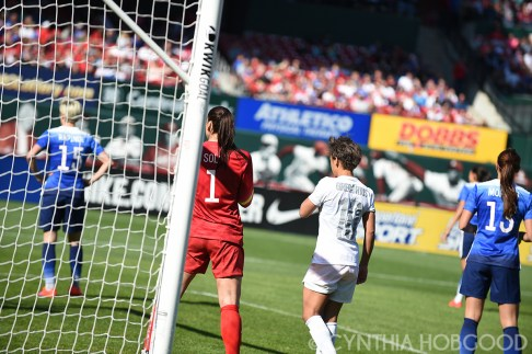Hope Solo and Sarah Gregorius before a corner kick.