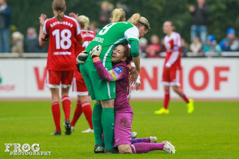 SV Weder Bremen players celebrate the 1-1 draw against FFC Frankfurt.