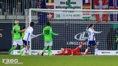 Almuth Schult (WOB) can't get to Dzsenifer Marozsán's shot (OL).