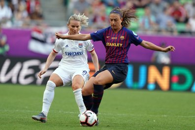 Lyon's Amandine Henry defending Barcelona's Alexia in the 2019 Champions League final. (Daniela Porcelli / OGM)