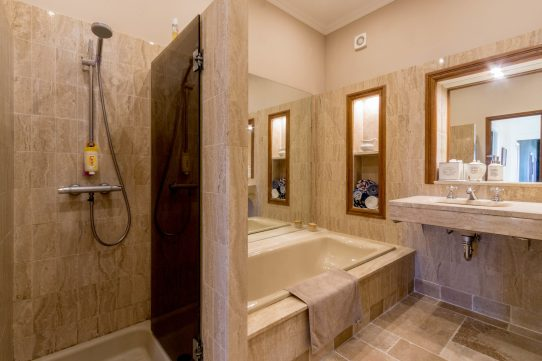 Apartments-for-rent-in-Carcassonne-bathroom-in-natural-stone