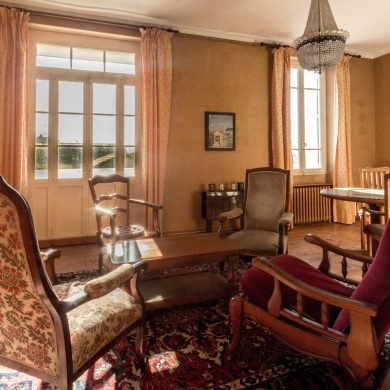 Salon and balcony in apartment for rent in Carcassonne