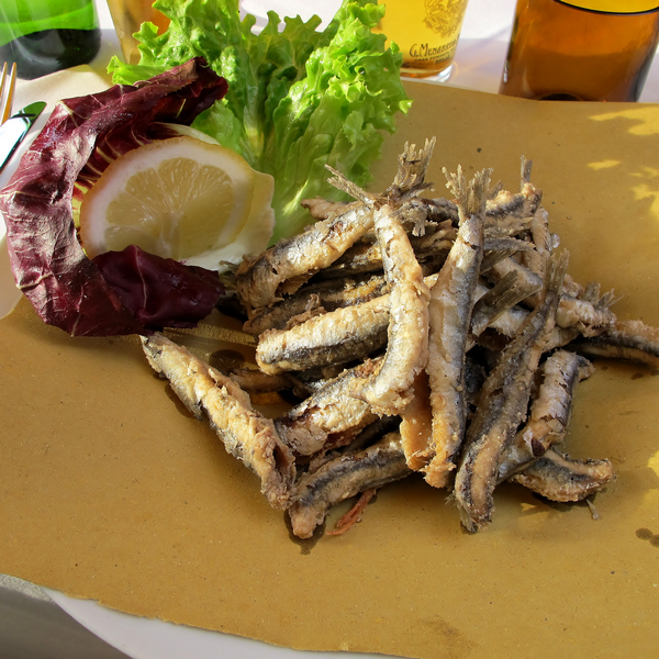 Fried fish with salad to make it healthy