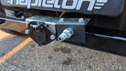 Air hook up and multi-pin for the lights on the jeep, the air system is integrated on the coach is used to push on the master cylinder in the jeep.