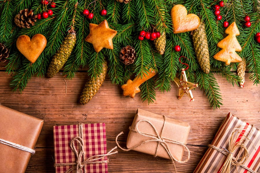 Do you want to give your home a new look for the holidays this year? Click here for 23 homemade Christmas decor projects to deck your halls. #DIYcrafts #Christmas #homemade #homedecor