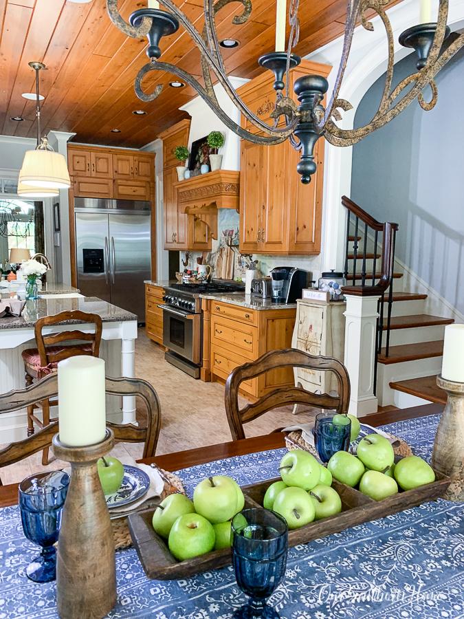 "Herbst ""width ="" 675 ""height ="" 900 ""data-pin-description ="" Blau-weiße Herbst-Tischlandschaft, gemischt mit grünen Äpfeln und orangefarbenen Kürbissen, ist eine unterhaltsame Kombination für eine ungezwungene Küche! #fallhome #falltablescape #falldecor #falldecorating # Pumpkins #greenapples #frenchfarmhouse #frenchcountry #frenchfarmhouse #farmhousestyle ""srcset ="" https://i1.wp.com/www.oursouthernhomesc.com/wp-content/uploads/2019-fall- home-tour-www.oursouthernhomesc.com-1117-1.jpg? w = 675 & ssl = 1 675w, https://i1.wp.com/www.oursouthernhomesc.com/wp-content/uploads/2019-fall-home -tour-www.oursouthernhomesc.com-1117-1.jpg? resize = 225% 2C300 & ssl = 1 225w, https://i1.wp.com/www.oursouthernhomesc.com/wp-content/uploads/2019-fall- home-tour-www.oursouthernhomesc.com-1117-1.jpg? resize = 641% 2C855 & ssl = 1 641w ""sizes ="" (maximale Breite: 675px) 100vw, 675px ""data-jpibfi-post-excerpt ="" ""data -jpibfi-post-url = ""https://www.oursouthernhomesc.com/blue-and-white-fall-tablescape/"" ""https://i1.wp.com/www.oursouthernhomesc.com/wp-content/uploads/2019-fall-home-tour-www.oursouthernhomesc.com-1117-1.jpg?resize=675%2C900&ssl=1 ""data-recalc-dims ="" 1 ""/></p> <p><img class="