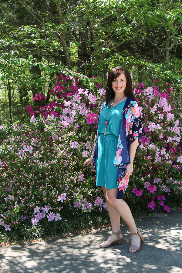Floral kimonos are the perfect addition to your wardrobe for spring and summer! Great selection of ones here! #kimono #fashion #over40fashion