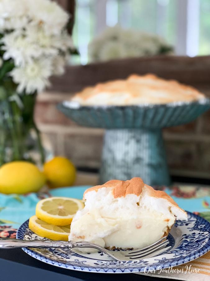 """pie """"width ="""" 675 """"height ="""" 900 """"data-pin-description ="""" Fabelhaft einfacher Zitronenbaiser-Kuchen, der sich perfekt für den Sommer oder zu jeder Zeit eignet! Minimale Zutaten werden schnell im Kühlschrank aufbewahrt und können über Nacht gekühlt werden. Firma liebt es. #lemonmeringuepie #pie #desserts #dessertrecipe #pierecipe #sweets #summerdessert """"srcset ="""" https://i1.wp.com/www.oursouthernhomesc.com/wp-content/uploads/lemon-meringue-pie-2019-2969. jpg? w = 675 & ssl = 1 675w, https://i1.wp.com/www.oursouthernhomesc.com/wp-content/uploads/lemon-meringue-pie-2019-2969.jpg?resize=225%2C300&ssl=1 225w, https://i1.wp.com/www.oursouthernhomesc.com/wp-content/uploads/lemon-meringue-pie-2019-2969.jpg?resize=641%2C855&ssl=1 641w """"sizes ="""" (max -Breite: 675px) 100vw, 675px """"data-jpibfi-post-excerpt ="""" """"data-jpibfi-post-url ="""" https://www.oursouthernhomesc.com/lemon-meringue-pie-the-easy-way/ """"data-jpibfi-post-title ="""" Zitronenbaisertorte {Easy Peasy} """"data-jpibfi-src ="""" https://i1.wp.com/www.oursouthernhomesc.com/wp-content/uploads/lemon-meringue -pie-2019-2969.jpg? resize = 675% 2C900 & ssl = 1 """"data-recalc-dims ="""" 1 """"/></p> <p>Behalten Sie es beim Backen im Auge. Jeder Ofen ist anders. Du willst nur, dass es oben leicht gebräunt ist. Meins hat nur ein bisschen zu lange gekocht. Ich schwöre, ich höre nie, dass der Timer abläuft !! Es ist immer noch großartig.</p> <p>Zum vollständigen Aufbau mindestens 8 Stunden oder über Nacht kühlen.  </p> <p><img class="""