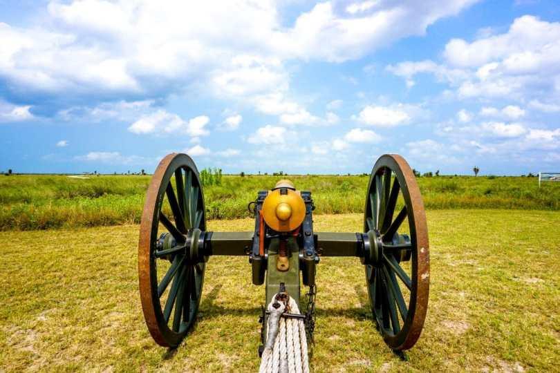 A cannon replica facing the Palo Alto Battlefield.
