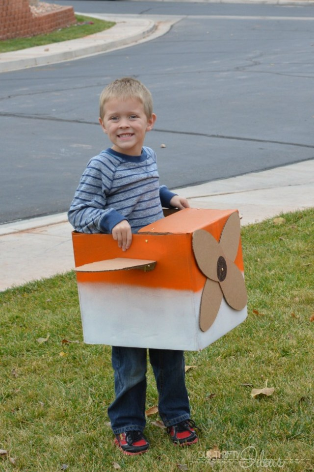 use your holiday ship boxes to create a Dusty Crophopper DIY costume for your kids!!