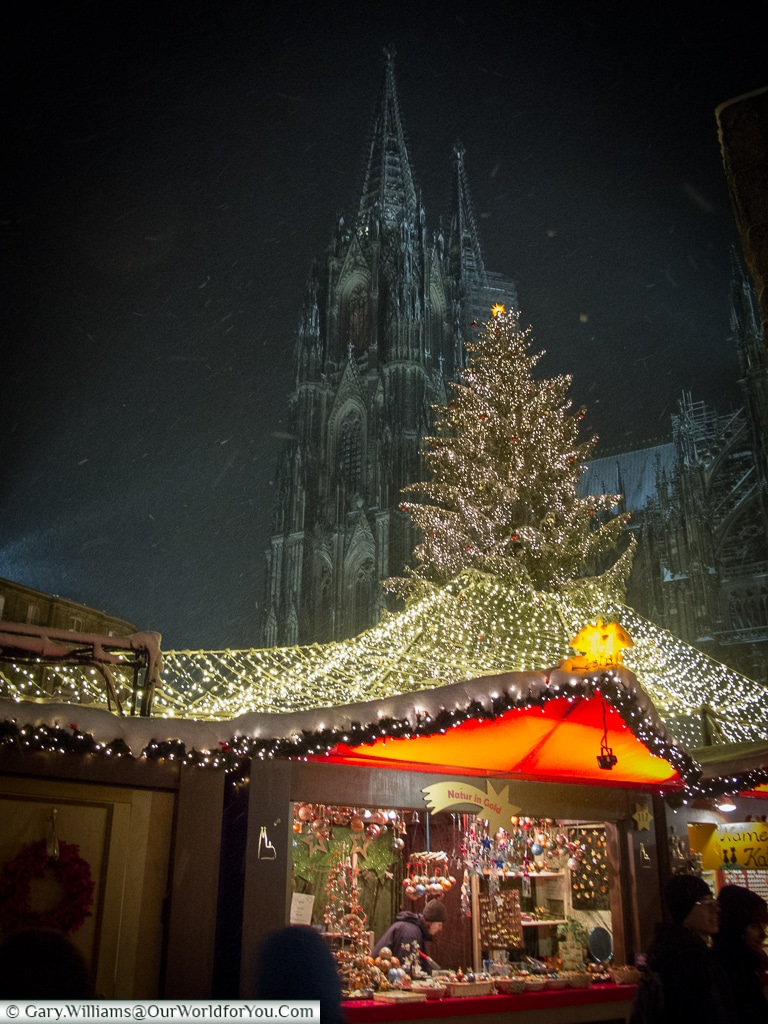 Snow flurries around the Dom Christmas Market, Cologne, Germany