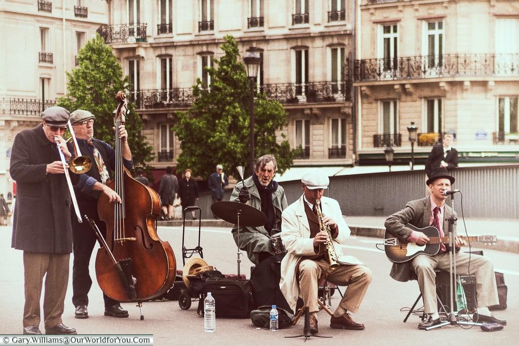 Musicians on the Pont Saint Louis, Paris, France