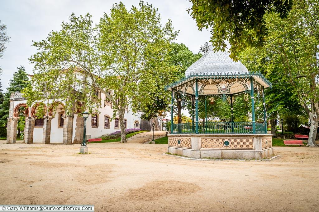The bandstand and the Royal Palace of Évora or Palácio de Dom Manuel, Évora, Portugal
