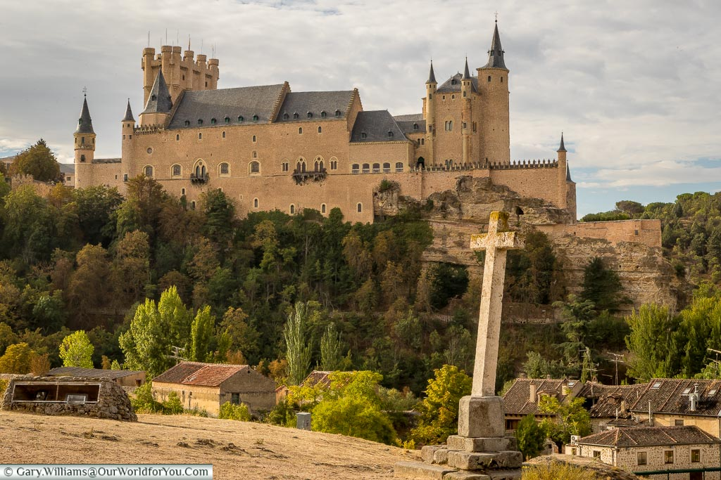 The view of the Alcázar from the Templar church just outside town