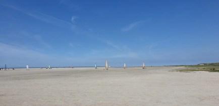 Blokarten op een leeg strand.