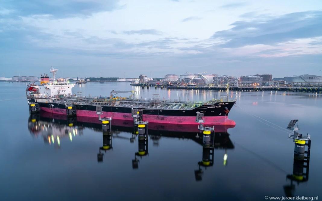 Fietsen langs industrie en grote schepen