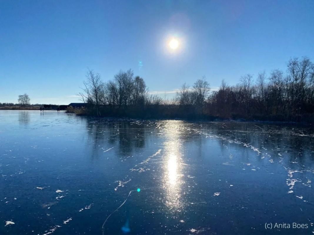Op sommige plekken was het ijs zwart, dik en spiegelglad.