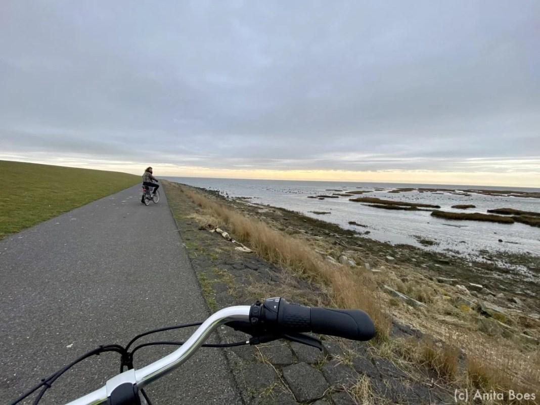 De Waddendijk met uitzicht op de Waddenzee.