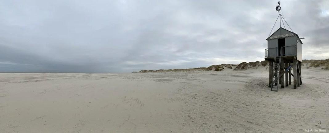Het drenkelingenhuisje op het strand van het waddeneiland Terschelling.