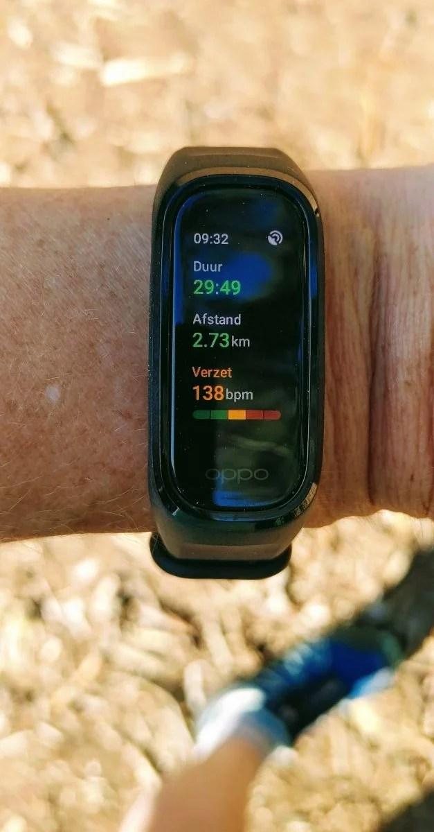 Beeld van de Oppo band om de pols met gegevens tijdens het sporten.