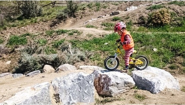 www.outdoorfamiliesonline.com/wp-content/uploads/family-mountain-biking-3.jpg