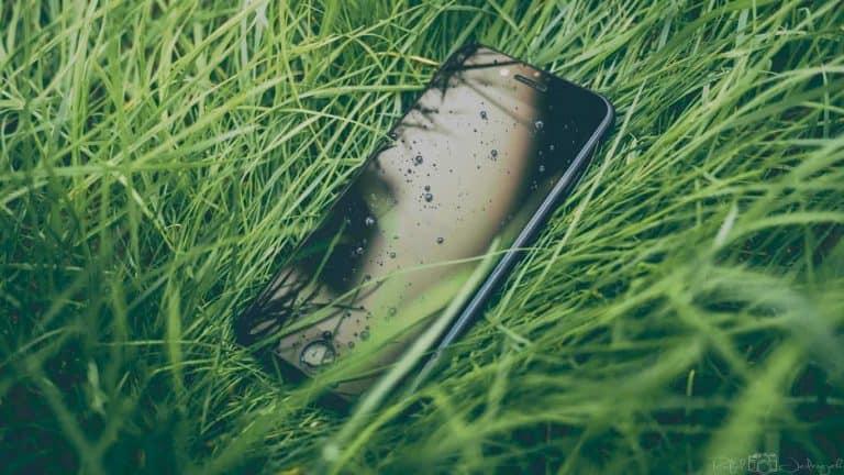 Smartphone im nassen Gras