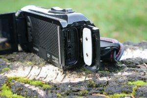 Anschlüsse am JVC HD Everio Action Camcorder GZ-R15BEU