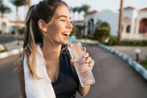 Bebe mucha agua en verano