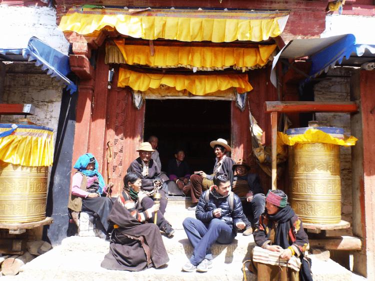 População local em Litang Tibete China