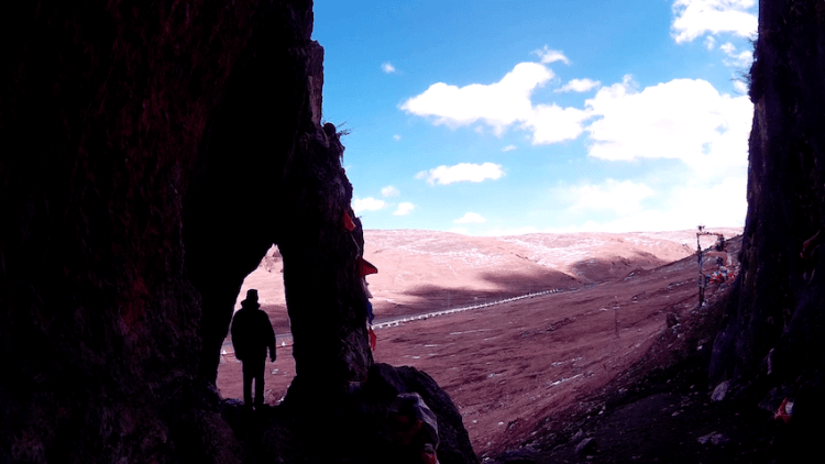 Caverna em Montanha Sagrada em Litang Tibete China