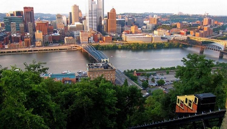 Vista da parte alta do bondinho Monongahela Incline Pittsburgh