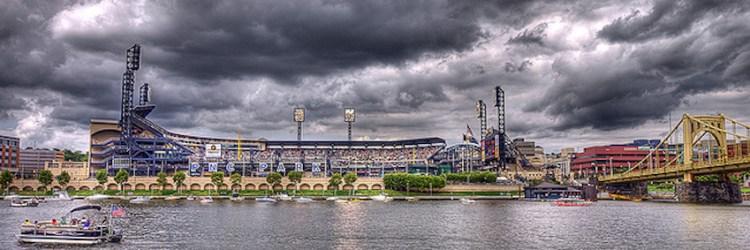 Vista do PNC Stadium do outro lado do rio Pittsburgh