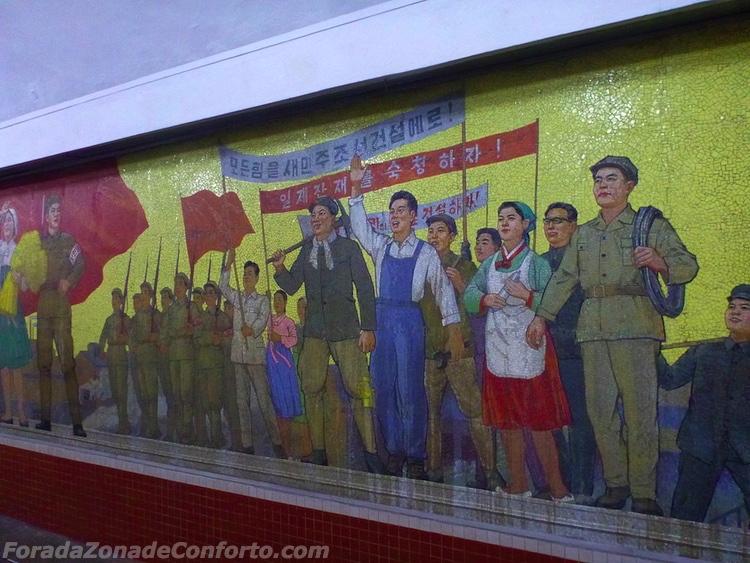 Mural de propaganda dentro do metrô de Pyongyang Coreia do Norte