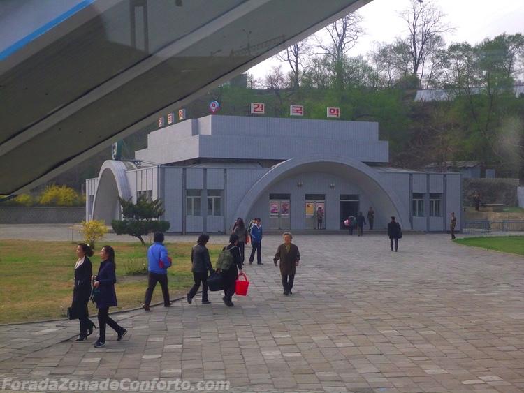 Lado de fora da estação de metrô de Pyongyang Coreia do Norte