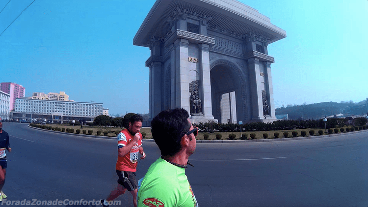 """Rodrigo praticando a sua selfie na frente do """"Arco do Triunfo"""" em Pyongyang Coreia do Norte"""