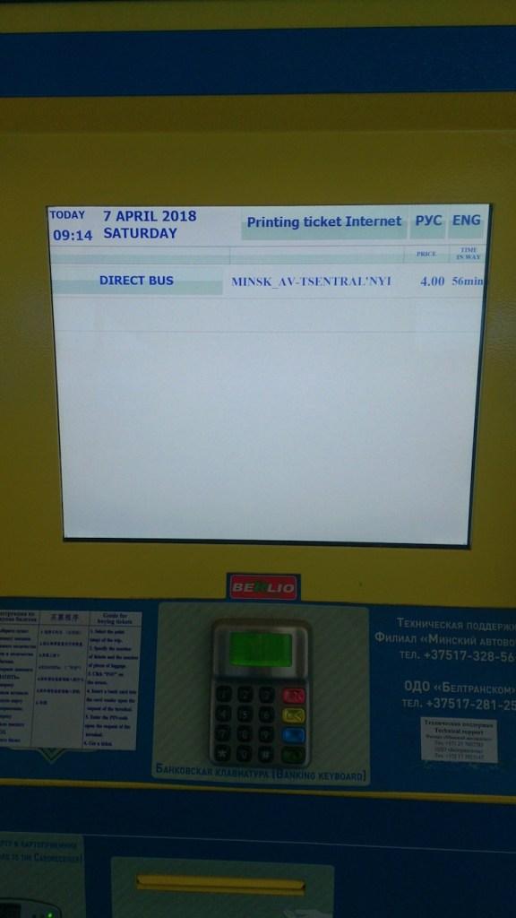 Máquina para comprar passagem ônibus do aeroporto de Minsk 2