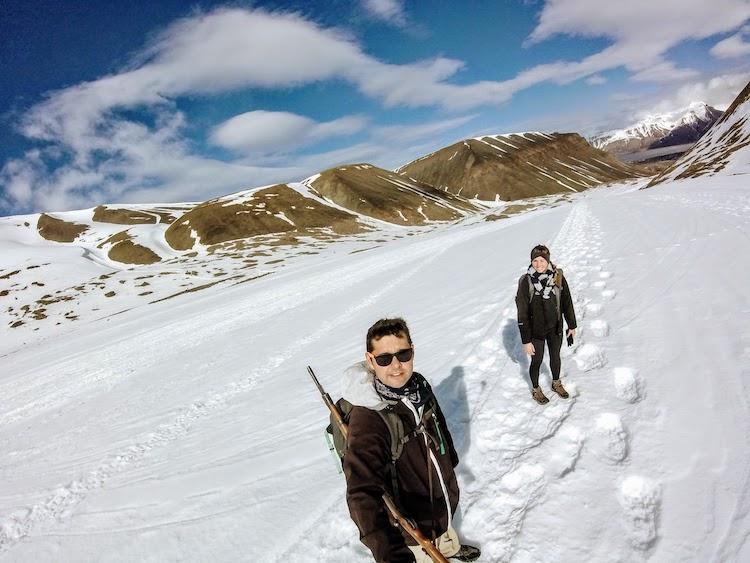 Caminhando com nosso rifle alugado Svalbard