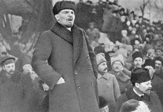 Lenin en un mitin el 18 de marzo de 1918.