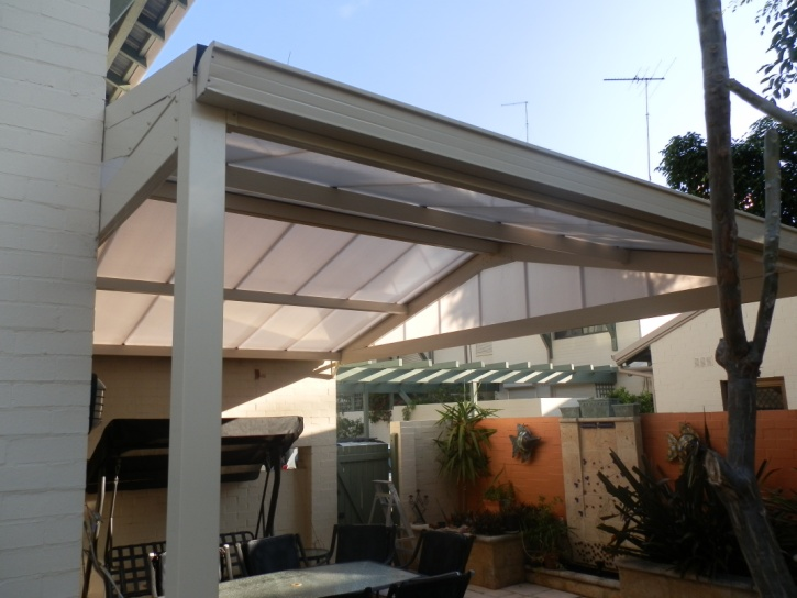 Aluminium Framed Sunpal Polycarbonate Roofed Awning With Ziptrack Cafe Blinds
