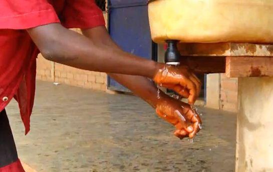 Lavage de mains à l'école en Guinée Cky. Cliquer sur l'image pour voir la video.