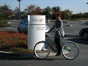 Livia entrando en bicicleta a la sede de Google