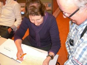 Aren Jansen laat het getuigschrift aan Lia Spitters zien