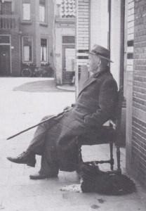 Jan Hoogstraten geniet voor zijn winkel van het weer.