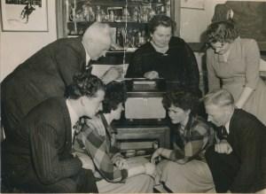 De familie Van der Voort aan de radio gekluisterd toen WIm triomfen vierde op het ijs
