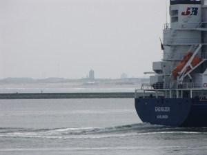 Waterweg vanaf De Beer / Maasvlakte; scheepvaart met Monstere toren op de achtergrond.