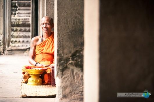 Monge fazendo orações dentro do templo.