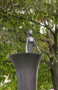 Detail monument Carry van Bruggen in Zaandam, vrouwenfiguur
