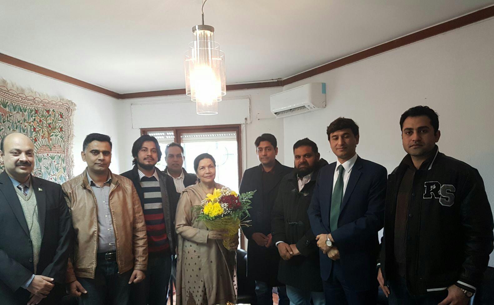Former Ambassador of Pakistan to Portugal Syeda Zehra Akbari meets the community