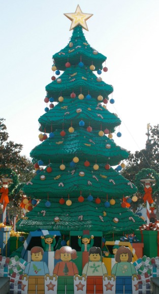 2015-Holiday-Snow-Days-LEGO-Tree